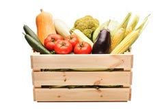 Träspjällåda mycket av nya grönsaker Royaltyfria Foton