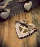Träställning för stearinljus med hjärtor som göras av krita Royaltyfri Foto