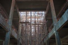 Träställning med buiding under konstruktion royaltyfri fotografi