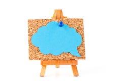 Trästaffli med corkboard- och blåttanförande bubblar Royaltyfria Bilder