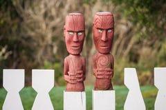 Trästaket med att snida för maori Arkivbild
