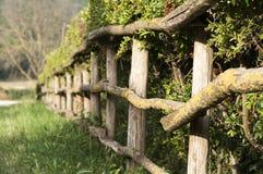 Trästaket med ett staket i bygden Arkivbilder