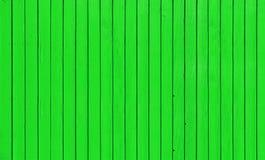 Trästaket med parallella plankor med grön målarfärg Fotografering för Bildbyråer