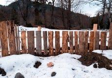 Tr?staket med snow arkivfoton