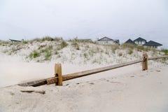 Trästaket och sandiga hus Fotografering för Bildbyråer