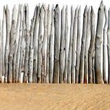 Trästaket på sanden Arkivfoto