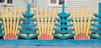 Trästaket som omger en trädgård i en frontyard Tappning texturerat gammalt trä arkivfoto