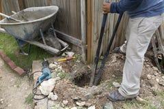 Trästaket som reparerar i gården arkivfoto