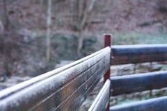 Trästaket som täckas med morgonfrost, vinterplats Royaltyfri Bild