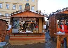 Trästalls med lokalt vin, Prague royaltyfri foto