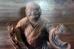 Trästaty av en präst, Kyoto, Japan royaltyfri foto