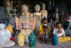 Trästatyer för kulör Balinese i turist- marknad i Ubud Indon Royaltyfria Foton