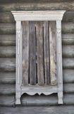 trästigit ombord gammalt övre fönster för landshus Arkivfoto