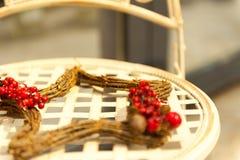 Trästjärna av filialer med röda bär för klungor på stolen Royaltyfria Bilder