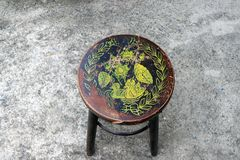 Trästol för antik cirkel, färgstämpel som duckar lotusblomma och bladet arkivbild