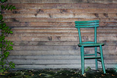 Trästol mot den Wood väggen Arkivfoton