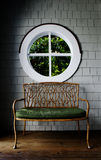Trästol och rundafönster Royaltyfria Foton