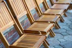 Trästolar i rad footpWooden på stolar i rad på utomhus- vandringsledoutdoorath Royaltyfria Foton