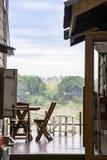 Trästolar på balkongen Bakgrund på Mekonget River och träden på att gå gatan Chiang Khan, Loei i Thailand royaltyfri bild