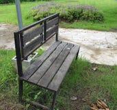Trästolen i trädgården royaltyfria bilder