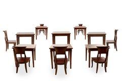 Trästolen och bordlägger isolerat Arkivfoto