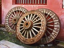 trästora tre hjul Arkivbilder