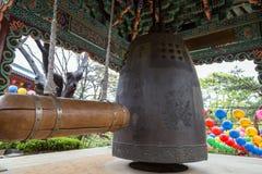 Trästrålen och hänga sätter en klocka på på den Gilsangsa templet i Seoul Arkivbilder