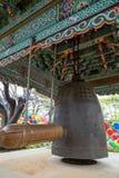Trästrålen och hänga sätter en klocka på på den Gilsangsa templet i Seoul Fotografering för Bildbyråer