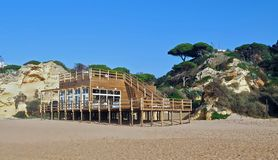 Trästrandkafé i Albufeira i Portugal fotografering för bildbyråer