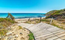 Trästrandpromenad i den Scoglio di Peppino stranden Royaltyfri Bild