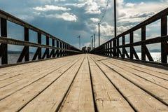 Trästrandpromenad som minskar perspektiv Arkivfoton