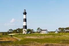 Trästrandpromenadslinga till och med marsklan till Bodie Island Lighthouse Fotografering för Bildbyråer