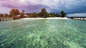 Trästrandskeppsdocka eller träpir på den härliga tropiska stranden arkivbild