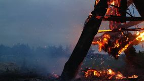 Trästrukturen bränner med gnistor på natten arkivfilmer