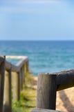Trästrukturer på stranden Arkivbild