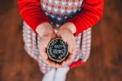 Trästubbe i händer för barn` s med orden Arkivfoto