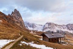 Trästuga i dolomitiesfjällängar Italien Arkivfoto