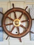 Trästyrhjul från ett skepp royaltyfria bilder