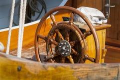 Trästyrninghjul Arkivbild