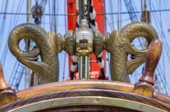 Trästyrninghjul av ett gammalt skepp Arkivfoto