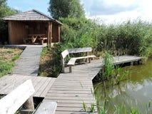 Träsummerhouse nära sjön arkivbilder