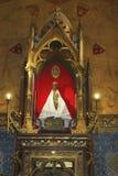 Träsvarta Madonna inom av kyrka av Notre Dame i Rocamadour, Frankrike royaltyfri bild