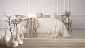 Trätabellöverkant eller hylla med minimalistic moderna vaser över det suddiga minimalistic klassiska sovrummet, vit inredesign fotografering för bildbyråer