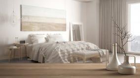Trätabellöverkant eller hylla med minimalistic moderna vaser över det suddiga minimalist klassiska sovrummet, vit inre royaltyfri bild