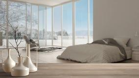 Trätabellöverkant eller hylla med minimalistic moderna vaser över suddigt klassiskt sovrum med det stora panorama- fönstret, vit  arkivbilder