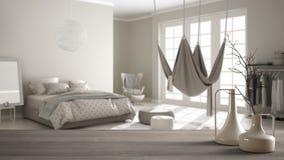 Trätabellöverkant eller hylla med minimalistic moderna vaser över suddigt klassiskt sovrum med hängmattan, vit inre arkivfoton