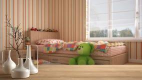 Trätabellöverkant eller hylla med minimalistic moderna vaser över suddigt modernt minimalist barnsovrum med enkel säng, leksaker royaltyfria bilder