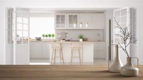 Trätabellöverkant eller hylla med minimalistic moderna vaser över suddigt scandinavian klassiskt kök, vit inre royaltyfria foton