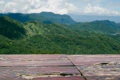 Trätabellöverkant med berglandskapet Arkivfoto