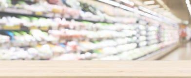 Trätabellöverkant med suddig defocused bakgrund för supermarketlivsmedelsbutik royaltyfria bilder